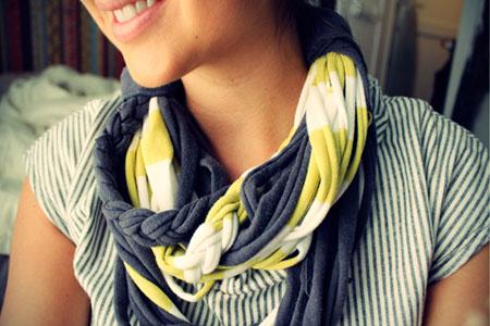 Прошлый раз мы узнали много способов, как носить шарф, а сейчас мы посмотрим, как сделать шарф из старых маек и тряпок.