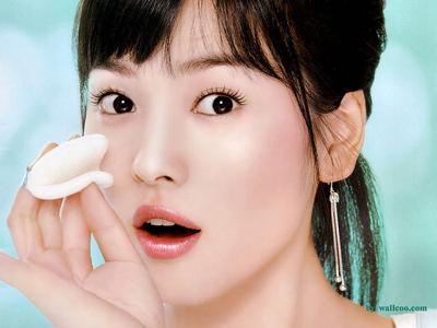 1) Очищение лица.  Маслом (кокосовым, миндальным, или любым очищающим) кореянки очищают кожу в течение 4 минут.