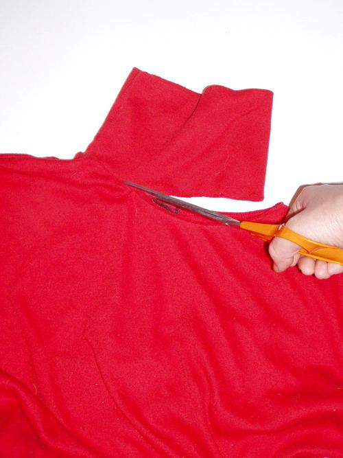 Прикрепите воротник к краям меха, растягивая трикотаж.