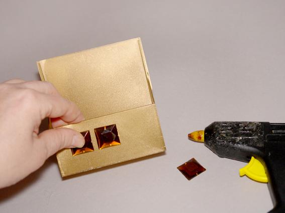 Как сделать с коробки подставку для телефона