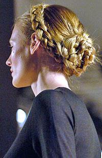 В моде классика и романтика: длинные блестящие волосы естественных оттенков, чуть растрепанные локоны.