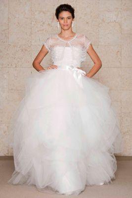 ...узоры и... Пышное свадебное платье, выполненное из тюля.
