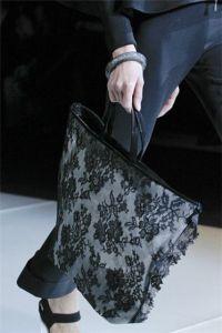 Женские сумки и клатчи осень-зима 2011-2012 от Giorgio Armani.