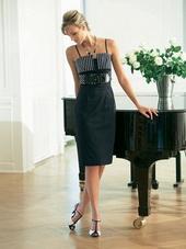 Платье-футляр оригинального покроя с тонкими бретелями.