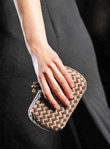 ELLE.ru - Клатч Bottega Veneta отметил юбилей, новости моды.