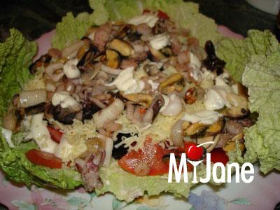 Описание: Морской коктейль с овощами и сыром. чеснок.  Салаты.