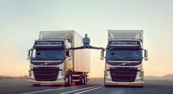 Жан-Клод Ван Дамм сел на шпагат между идущими машинами