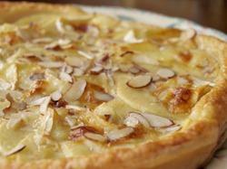 Пирог из слоеного теста с сыром Бри и яблоками