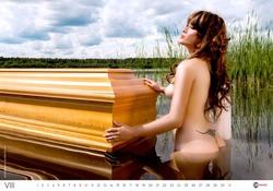 Производители гробов выпустили эротический календарь