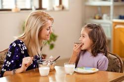 Детей нужно кормить из маленьких тарелок, говорят врачи