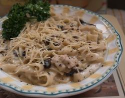 Фетучини (итальянская яичная лапша) в сливочно-грибном соусе