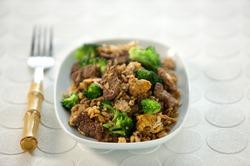 Жареная говядина с рисом и сладким соусом чили