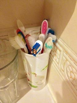Как правильно хранить зубные щетки