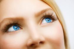Владельцев васильковых глаз назвали самыми талантливыми в мире
