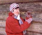 Шапочка, варежки и шарф из остатков ниток