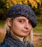 Пестрый маленький берет и шарф