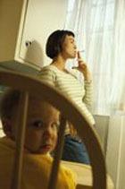 """Курильщики физически """"приобщают"""" своих детей к этой привычке"""
