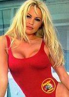 Памела Андерсон примерила легендарный красный купальник