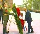 Владимир Путин возложил венок к Вечному огню у Кремлeвской стены