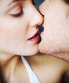 Поцелуй вместо гимнастики для лица