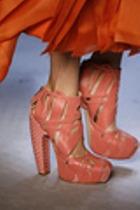 Цвет обуви подбирать под одежду не рекомендуется!