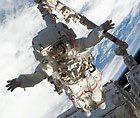 """Астронавты шаттла """"Индевор"""" завершили предпоследний выход в космос"""