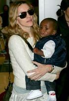 Мадонна откладывает усыновление