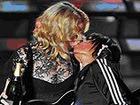Мадонна опять целуется на сцене с женщиной