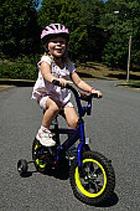 3-летняя малышка на велосипеде добралась до другой страны