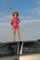 Бабуля катала 3-летнюю внучку на крыше автомобиля