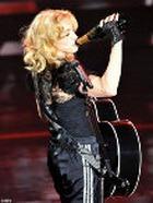 Мадонна пьет шампанское с содержанием серебра