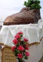 Брошенный иракским журналистом ботинок в экс-президента США увековечили