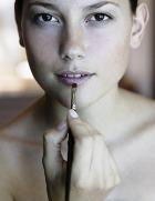 Создан блеск для губ, уменьшающий объём бёдер