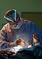 40-летний мужчина умер через 2 месяца после пересадки лица и рук