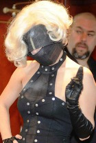 Lady GaGa: традиционно без штанов и к тому же в маске