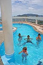 13-летняя девочка забеременела, плескаясь в бассейне