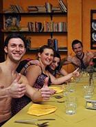 Ресторан бесплатно накормил клиентов в нижнем белье