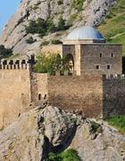 Россиянка взобралась на скалу, чтобы не платить за вход в крепость