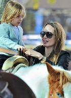 Анджелина Джоли и Брэд Питт: детям нужны эмоции и впечатления, а не подарки