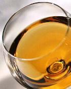 Как выпить белое вино и не испортить зубы?