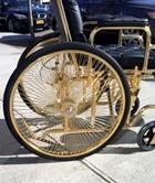 Леди Гага передвигается на драгоценном инвалидном кресле