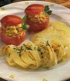 Фаршированные помидоры с соусом из сыра