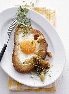 Жареные ломтики хлеба под соусом