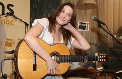 В Москву приедет Карла Бруни с новыми песнями о любви