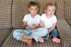 Любовь к телевизору мешает детям спать