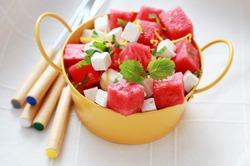 Летний салат из сыра и арбуза