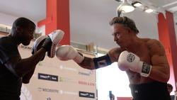 Боксёрский поединок Микки Рурк - Эллиот Сеймур закончился победой Микки Рурка