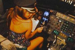Пилота, пустившего актрису за штурвал самолета, уволили
