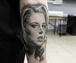 Солист группы «Звери» сделал тату с изображением жены