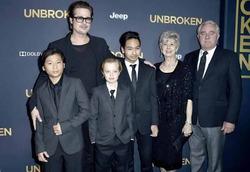 Джоли одинаково одевает всех детей – и девочек, и мальчиков